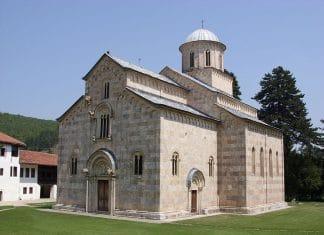 Menaces sur le monastère de Visoki Dečani : l'association Solidarité-Kosovo aide la communauté monastique à construire une muraille qui protégera l'édifice après le départ des forces de la KFOR