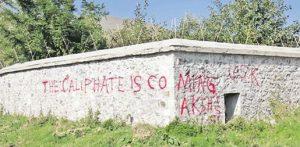 Graffitis de l'État islamique sur les murs du monastère de Dečani (Kosovo)