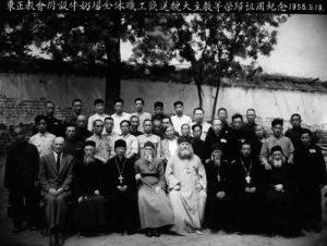 L'archevêque Victor avec les travailleurs de fermes laitières. Pékin. Bay-guan. 1956
