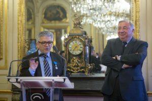 Remise des insignes de chevalier dans l'Ordre national du mérite à Carol Saba par le président du Sénat