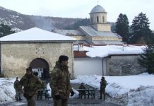 Manifestation des Albanais contre le retour au monastère de Dečani des terres dont celui-ci avait été spolié