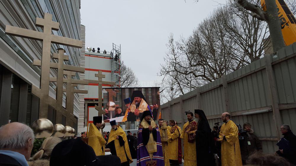 Un reportage vidéo sur la pose du grand dôme et la bénédiction des croix de la future église orthodoxe russe à Paris