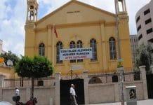 Des Turcs suspendent une bannière pro-islamique sur une église orthodoxe