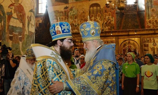 Le Patriarche Cyrille de Moscou et de toute la Russie et le métropolite Rostislav des Terres tchèques et de Slovaquie célèbrent la liturgie de la Dormition à l'église de la Dormition du kremlin de Moscou