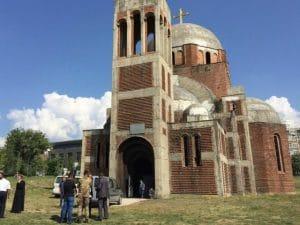 Un groupe d'étudiants de Priština (Kosovo) exige la démolition de l'église orthodoxe de la ville, dont la construction est restée inachevée