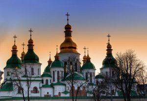 Le patriarche Bartholomée convoque le « concile de réunification » et publie sa lettre au métropolite de Kiev Onuphre, tandis que le « patriarche de Kiev » Philarète conteste certaines modalités de la future assemblée