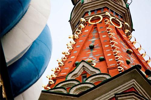 Exposition de photographies de l'église Saint-Basile-le-Bienheureux dans une station du métro de Moscou