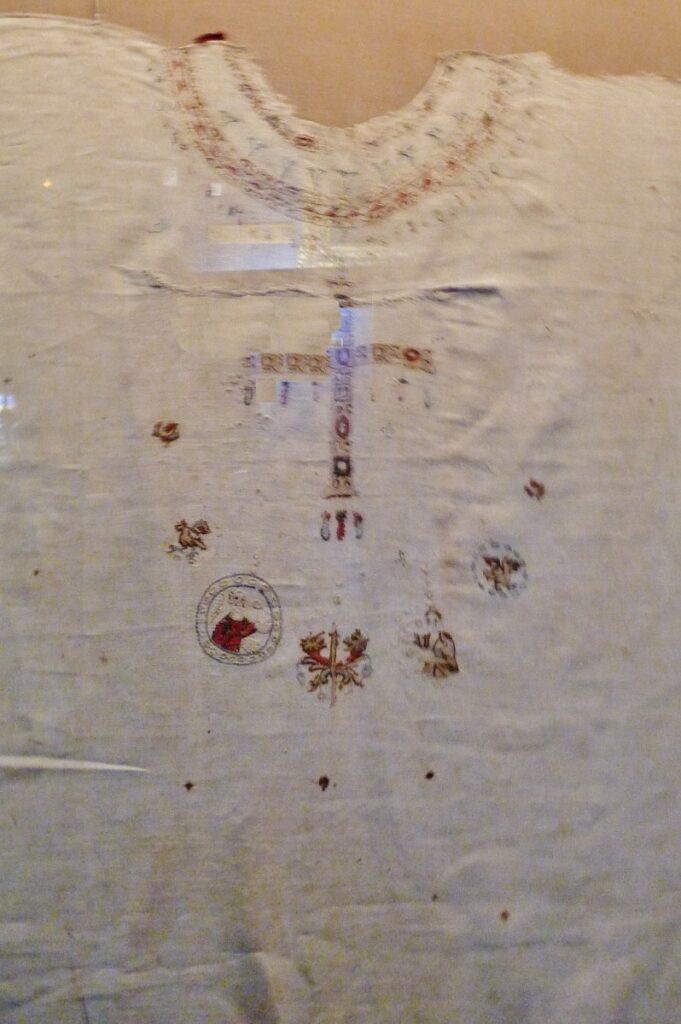 La tunique de sainte Bathilde, moniale de Chelles et reine de France, au musée de Cluny