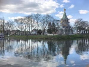 L'Eglise orthodoxe de Tous-les-Saints en construction à Strasbourg est couronnée de dômes dorés provenant de la Russie