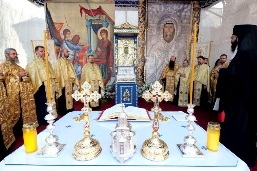 Des fragments des reliques de saint Antoine le Grand, venus de France, ont été offerts à la paroisse dédiée au saint à Bucarest