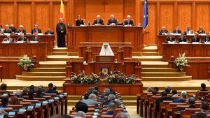 Hommage du patriarche Daniel au roi Michel de Roumanie devant le Parlement roumain