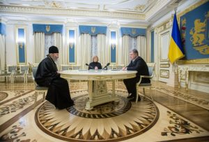 Ukraine : le président Porochenko remercie le métropolite Onuphre pour son aide à la libération de prisonniers