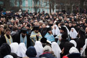 Les fidèles défendent le monastère de la «Dîme»  à Kiev, attaqué par des éléments radicaux ukrainiens