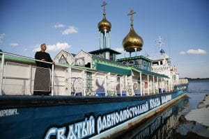 Russians turn boats and trains into churches