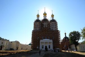 Première liturgie en l'église en cours de reconstruction à l'ermitage de Sarov