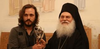 L'acteur Jonathan Jackson offre son Emmy Award au Mont Athos