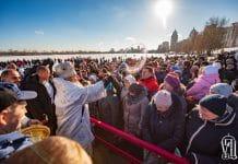 Le métropolite de Kiev Onuphre, primat de l'Église orthodoxe d'Ukraine, a béni les eaux du Dniepr
