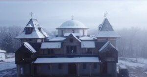 Le catholicon du monastère de la Transfiguration recouvert par la neige