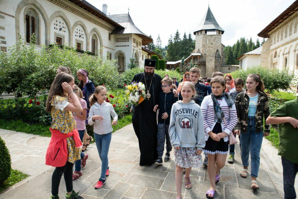 Le métropolite Joseph (Patriarcat de Roumanie) a rendu visite aux enfants de son diocèse qui participent au camp « tradition et de spiritualité » organisé au monastère de Putna
