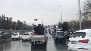 Les prêtres de l'Église orthodoxe de Géorgie ont aspergé les rues de la capitale avec de l'eau bénite