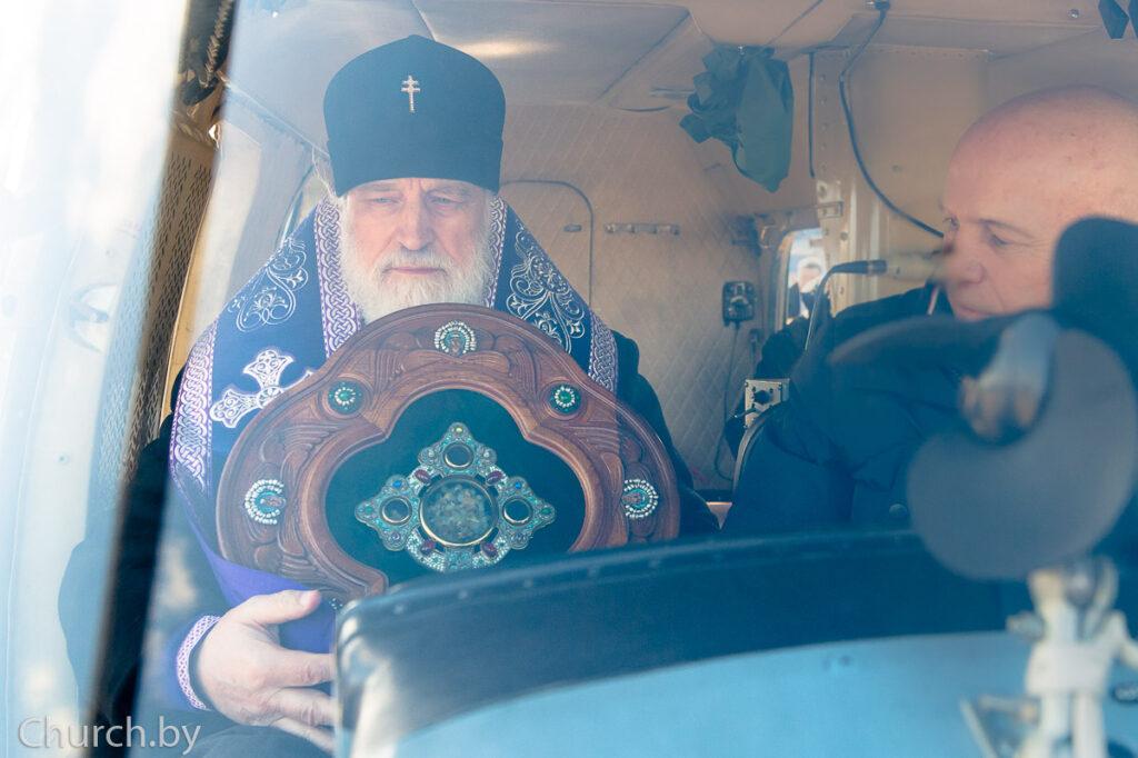 L'archevêque de Minsk a aspergé d'eau bénite la capitale biélorusse depuis un hélicoptère