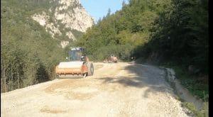 Malgré la loi du Kosovo sur les zones protégées, les travaux de construction d'une route continuent près du monastère de Dečani