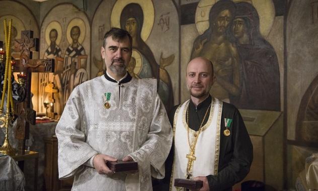 En France, des professionnels de la santé ont été décorés de médailles de l'Église orthodoxe russe « Gratitude patriarcale » pour leur lutte contre l'épidémie de coronavirus
