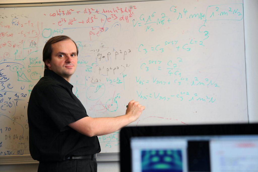 Iosif Bena, chercheur en physique et prêtre à Paris : « Le conspirationnisme encourage la paresse et le manque d'initiative. Cette façon de penser est destructive »