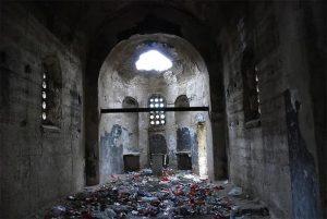 Une église au Kosovo a été transformée en dépôt d'ordures et en toilettes publiques