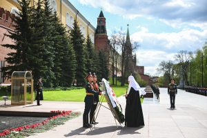 À la veille du 76e anniversaire de la victoire, le patriarche de Moscou Cyrille a déposé une gerbe sur la tombe du soldat inconnu, devant le mur du Kremlin