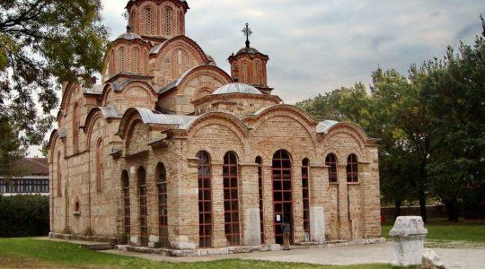 L'Église orthodoxe serbe appelle à la paix après les affrontements au Nord du Kosovo